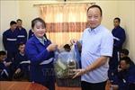 Đại sứ quán Việt Nam tặng quà Tết các nghi phạm và phạm nhân tại Lào