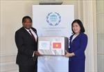 Trao khẩu trang y tế của Chủ tịch Quốc hội Việt Nam gửi tặng Ban Thư ký IPU