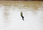 Người dân liều mình đu dây qua sông Pô Kô