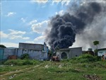 Cháy lớn tại xưởng tái chế hạt nhựa gần khu dân cư