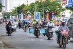 Nhiều tuyến phố Hà Nội vẫn đông người vào đầu giờ đi làm