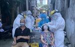 Lấy mẫu xét nghiệm người liên quan đến các ca dương tính ở phường Việt Hưng (Long Biên)