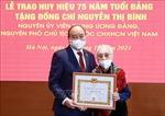 Chủ tịch nước trao tặng huy hiệu 75 năm tuổi Đảng cho đồng chí Nguyễn Thị Bình