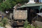 Xe đầu kéo đâm sập nhà dân, hai người bị thương