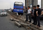 Xe khách tông nát dải phân cách trên cầu Nhật Tân, văng bánh ra xa