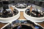 Thị trường chứng khoán thế giới đi ngược chiều nhau