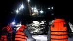 Ngư dân Việt Nam cứu 10 người nước ngoài ôm phao cứu sinh lênh đênh trên biển