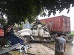 Xe container mất lái đâm sập 3 cửa hàng lúc rạng sáng