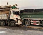 Xe chở gỗ đâm vào xe chở vật liệu xây dựng, hai nạn nhân tử vong
