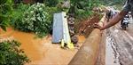 Xe tải chở 10 tấn phân bón lao xuống suối, lái xe phá cửa thoát hiểm
