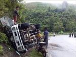 Xe tải chở trâu mất lái, lao vào vách núi