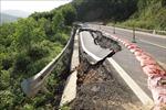 Nhiều tuyến đường bộ tại miền Trung vẫn ách tắc do sạt lở