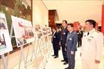 Trưng bày ảnh của TTXVN thu hút sự quan tâm của các đại biểu dự Đại hội XIII