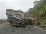 Khắc phục sự cố đá rơi gây tắc Quốc lộ 279 ở Điện Biên