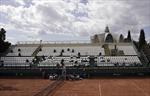 Quần vợt thế giới đối phó COVID-19: Không bắt tay, không cầm khăn