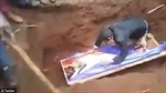 Nhà tiên tri rởm nằm đè lên thi thể, gọi người chết 'dậy đi'