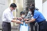 NXB Trẻ trao tặng 100 phần quà cho trẻ em khó khăn sau dịch COVID-19