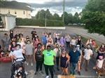 75 người hàng xóm đi bộ bảo vệ người đàn ông da màu