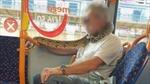 Hoảng hồn người đàn ông quấn rắn quanh cổ làm khẩu trang đi trên xe buýt