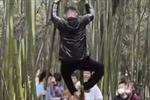 Dư luận Trung Quốc phẫn nộ với du khách leo trèo, vẽ bậy lên di tích trăm năm tuổi