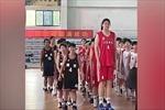 Bé gái 14 tuổi như 'người khổng lồ' với chiều cao 2,26 mét