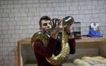 Người đàn ông Palestine làm giàu nhờ nuôi trăn, rắn độc