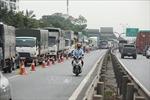 'Nhờ' cảnh sát giao thông dẫn đoàn xe vận tải theo luồng xanh, giải tỏa ùn tắc