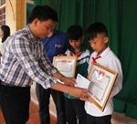 Khen thưởng hai học sinh dũng cảm cứu người