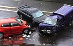 Tai nạn giao thông liên hoàn, một lái xe bị thương và mắc kẹt trong buồng lái
