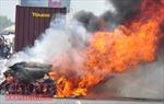Xe container cháy rụi ngay bãi đỗ xe cây xăng