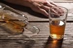 Bảy thanh niên bị ngộ độc vì uống rượu tự chế