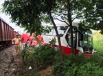 Tàu hỏa va chạm với xe đưa đón học sinh tại lối mở dân sinh, 6 cháu bé bị thương