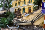 Hà Nội: Cây lớn bật gốc đè sập tường, chắn ngang phố Hoả Lò