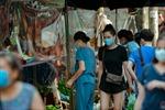 Hà Nội: Chợ dân sinh đầu tiên quây ni-lon phòng dịch COVID-19