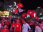 Dòng người đổ ra đường, giao thông ùn ứ sau trận hoà 2-2 của đội tuyển Việt Nam với Malaysia