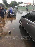 Ô tô 4 chỗ mất lái tông liên hoàn xe máy, 2 người bị thương nặng