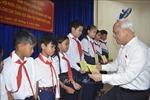 Tặng quà cho học sinh nghèo vượt khó tại thành phố Pleiku
