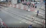 Khen thưởng hai nữ nhân viên gác chắn cứu cụ bà thoát hiểm trong tích tắc