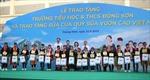 Trao tặng Trường Tiểu học & THCS Đồng Sơn và Quỹ sữa Vươn cao Việt Nam trao tặng sữa cho trẻ em Quảng Ninh.