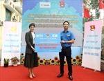 Manulife Việt Nam trao tặng Thành đoàn Hà Nội 100.000 khẩu trang và 650 lít dung dịch sát khuẩn