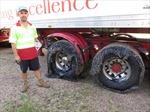 Nắng nóng đỉnh điểm toàn cầu, nhựa đường chảy bọc kín bánh xe tải