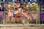 Tranh cãi trang phục 'quá sexy' của nữ VĐV bóng chuyền bãi biển tại Olympic Trẻ