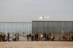 Hình ảnh nhóm người di cư đầu tiên đặt chân tới biên giới Mỹ-Mexico