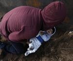 Bố 'luồn' con 8 tháng tuổi qua lỗ đào vội dưới tường biên giới để sang nước Mỹ