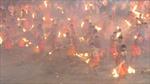 Hàng trăm đàn ông Ấn Độ cầm đuốc ném vào người nhau như 'hỏa chiến'