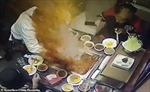 Bật lửa rơi vào nồi, nước lẩu sôi sục bắn tung tóe vào mặt nữ nhân viên