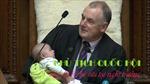 Chủ tịch Quốc hội New Zealand cho con của nghị sĩ bú sữa giữa phiên họp