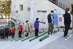 Người Hàn Quốc thực hiện 'giãn cách xã hội' đi bỏ phiếu sớm giữa mùa dịch COVID-19