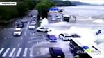 Hàng loạt ô tô bị thủy triều đánh dạt khi đang đi giữa đường