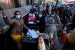 COVID-19 đánh vào kinh tế, người Mỹ xếp hàng nhận gà tây miễn phí dịp Lễ Tạ ơn